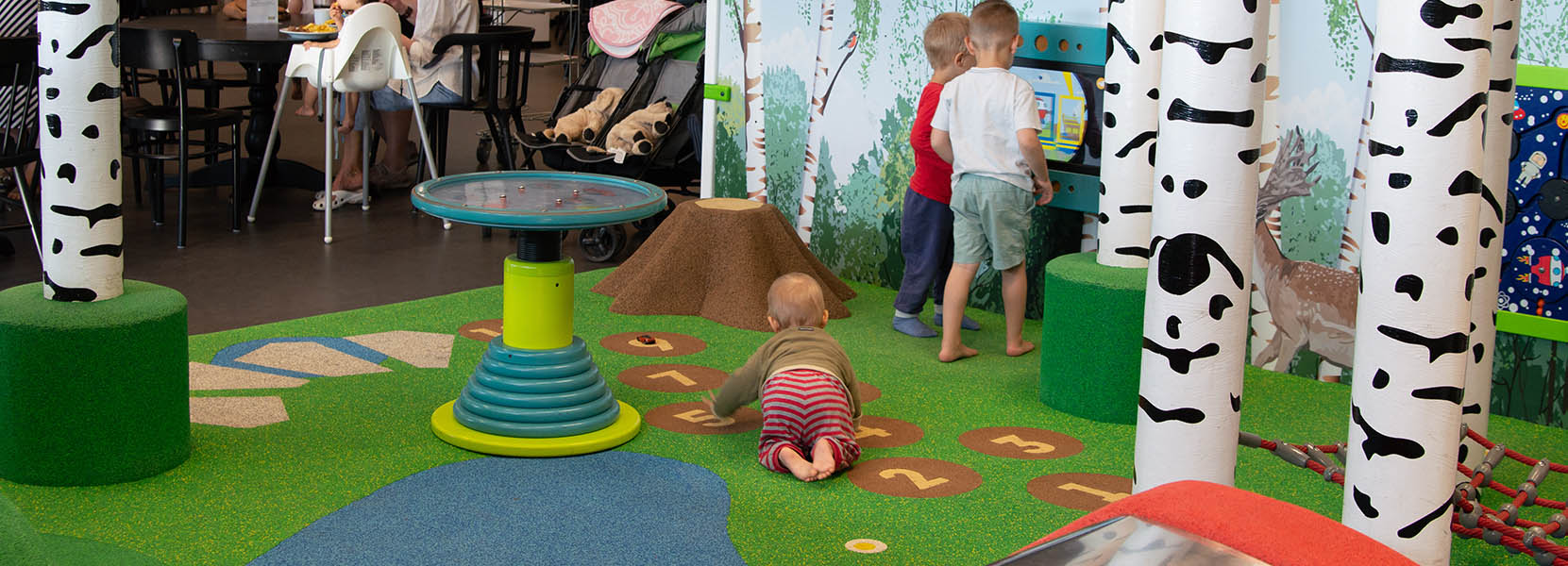 On this image you can see kids' playing in a play corner with EPDM play floors and wall designs