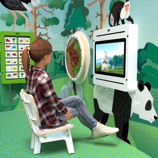 Op deze afbeelding ziet u een kind op de Buxus Lounge chair white uit de kindermeubel collectie Buxus