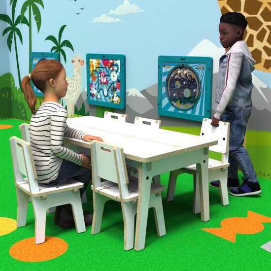 Op deze afbeelding ziet u kinderen bij de Buxus Table white uit de kindermeubel collectie Buxus