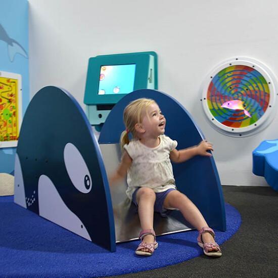 glijbaan met orca patroon voor een kinderhoek of speelruimte