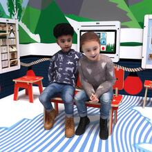 Op deze afbeelding ziet u twee kinderen op de Buxus Bench high uit de kindermeubel collectie Buxus