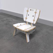 Op deze afbeelding ziet u de Buxus Lounge chair white uit de kindermeubel collectie Buxus
