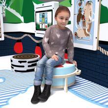 Op deze afbeelding ziet u een kind op de Buxus Softplay stool white uit de kindermeubel collectie Buxus