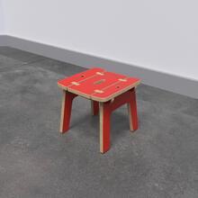 Op deze afbeelding ziet u de Buxus Stool red uit de kindermeubel collectie Buxus