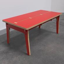 Op deze afbeelding ziet u de Buxus Table red uit de kindermeubel collectie Buxus