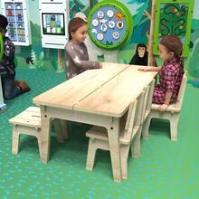Op deze afbeelding ziet u kinderen bij de Buxus Table wood uit de kindermeubel collectie Buxus