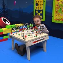 Op deze afbeelding ziet u een kind bij de Buxus Table wirebeads wood uit de kindermeubel collectie Buxus