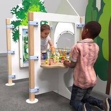 overzicht van een complete kinderhoek inrichting met kralentafel en diverse speelelementen